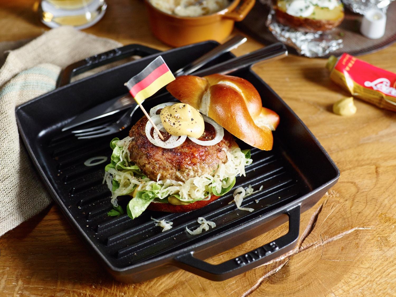 Zdrowy i smaczny hamburger z grillową patelnią żeliwną firmy Staub